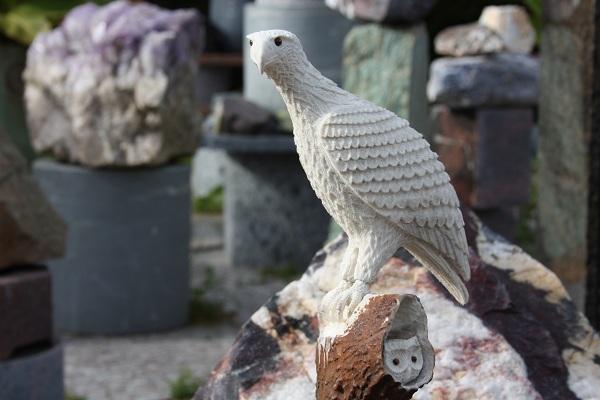n:o64 Kotka pöllonpesällä ( hinta 2600€ )